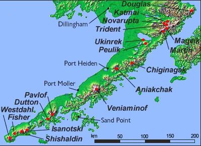 Die Alaska-Halbinsel mit ihren schneebedeckten und teilweise aktiven Vulkanen