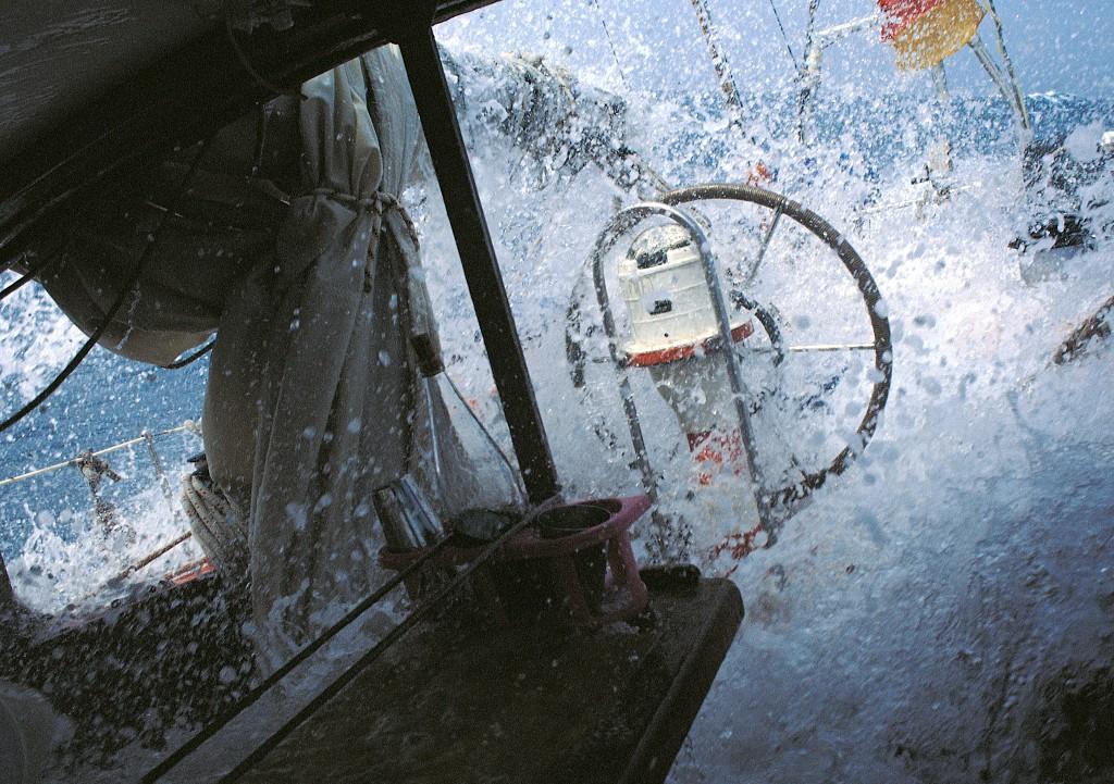 Beigedreht im Sturm, ein Brecher füllt das Cockpit