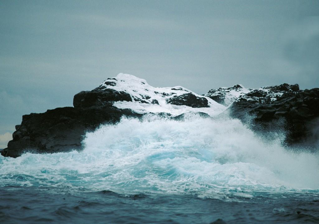 Hinter diesem Brecher verbirgt sich ein Strand, auf dem man bei ruhigem Wetter mit dem Dingi anlanden könnte.