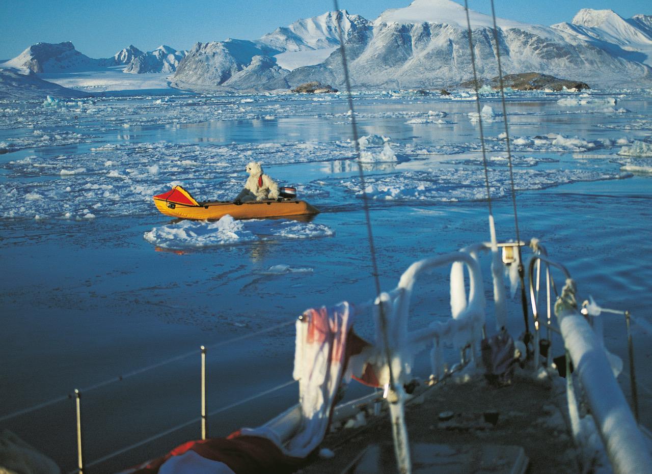 Spitzbergen: Eisbär in Beiboot